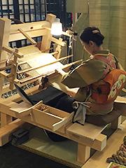 地機(じばた)による手織り